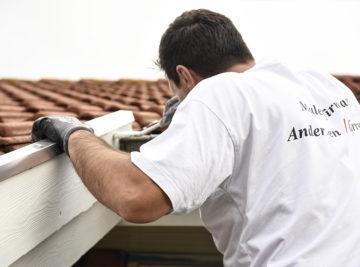 Medarbejder maler hvidt tagudhæng